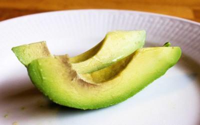 Avokado skuren i skivor eller klyftor. En del lämnar skalet kvar för att göra avokadon mer greppvänlig, men då är det viktigt att tvätta avokadon innan.
