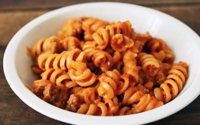 Pasta finns i många olika former. Spagetti och de minsta sorterna utgör till en början en utmaning för barnet medan mer greppvänliga bitar är bra att börja med.