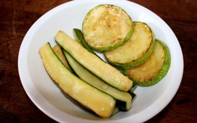 Zucchini, skuren både på längden och tvären, är bra nybörjarmat. Kan både stekas, ungsbakas och kokas.